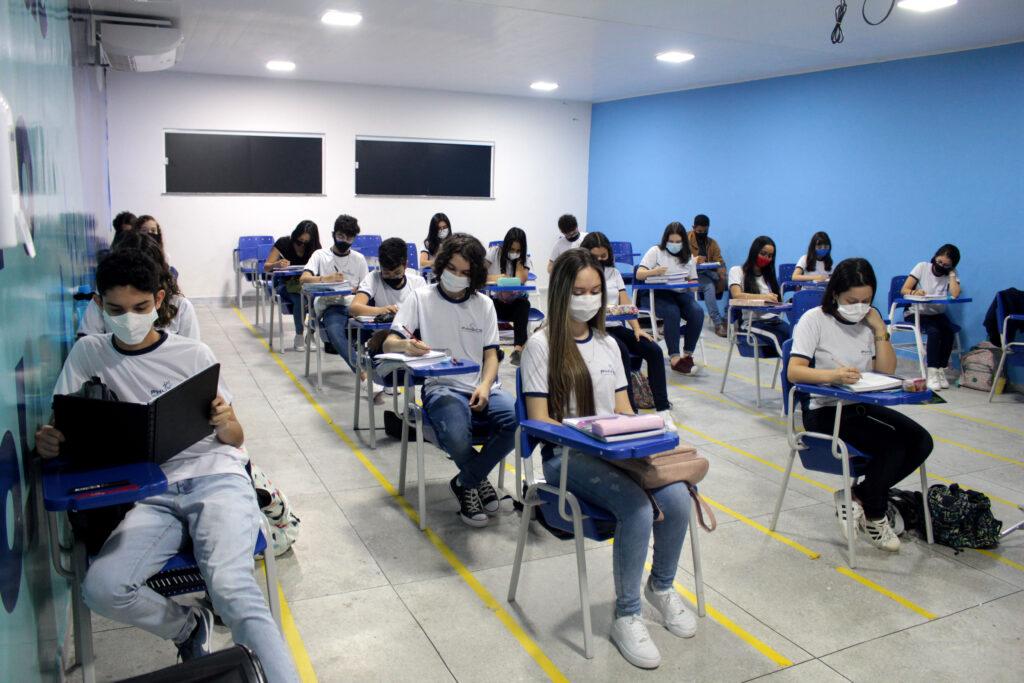 Alunos do ensino médio estudando em sala de aula após orientação vocacional